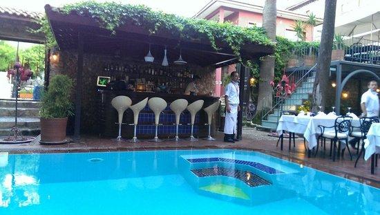 Alp Pasa Hotel: Außenbereich mit Pool