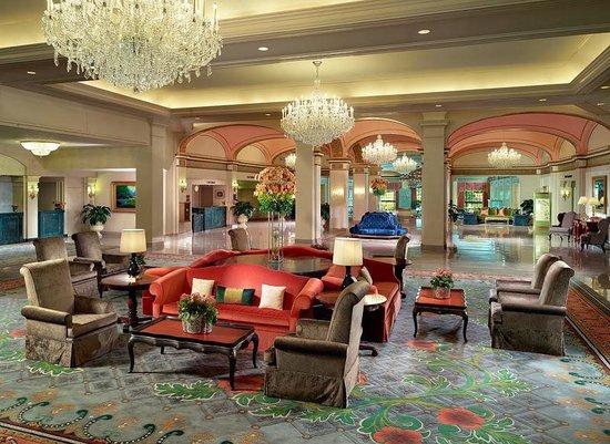 Omni Shoreham Hotel: Umas das luxuosas salas do Hotel! Muito brilho, fazendo você se sentir uma estrela!