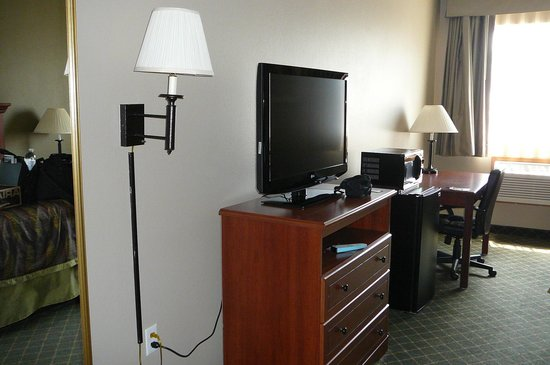 Best Western Plus Tulsa Inn & Suites: TV and desk