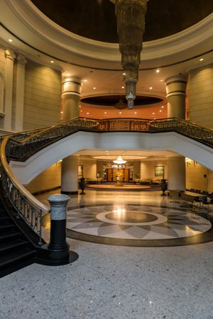 Renaissance Kuala Lumpur Hotel: Central Lobby. Enter here, if you do not like that others open the door for you!