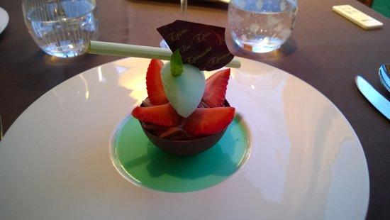 Domaine de Barive : Coque et mousse chocolat noir, glace menthe et framboise