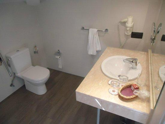 Hotel Puerta de Toledo: Salle de bains