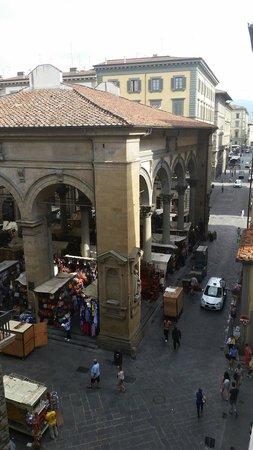 Hotel Por Santa Maria: Vista da janela do quarto para o Mercado Nuovo, feira de artigos de couro.