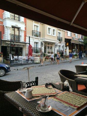 Hotel Seraglio: Street view from the hotel restaurant