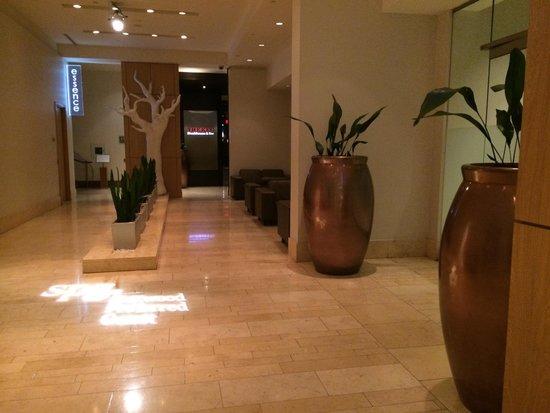 The Westin Calgary: Lobby one end to KEG
