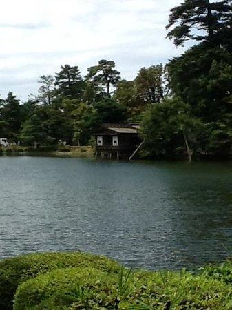 Kenrokuen Garden: vue sur le point d' eau