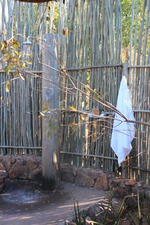 Tshwene Lodge: Outdoor shower