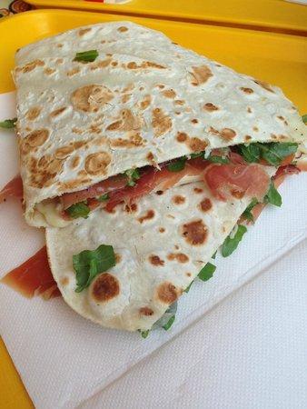 Piadino: Piadina crudo, rucola e mozzarella