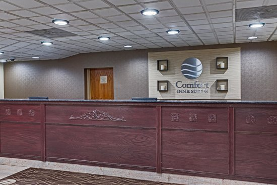 Comfort Inn & Suites Fall River: Front Desk
