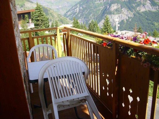 Hôtel les Catrems : balcon avec vue sur montagne