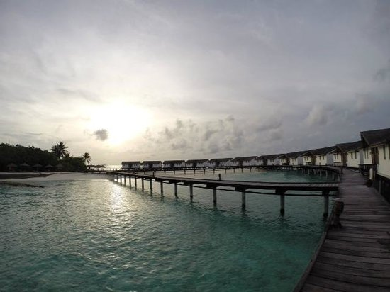Reethi Beach Resort: Walkway to water villa
