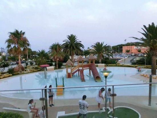 Barcelo Pueblo Menorca: piscina baby campo sport