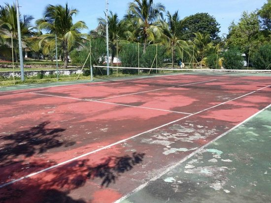 Karafuu Beach Resort and Spa: Anyone for tennis?