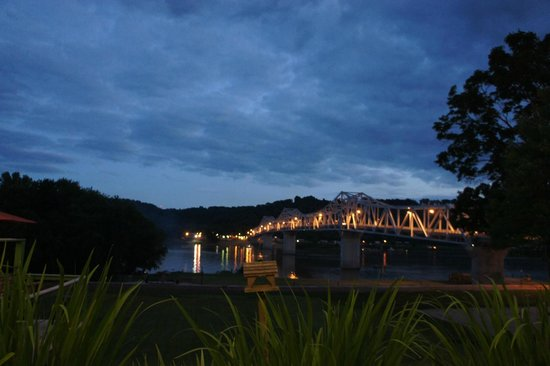 Riverboat Inn and Suites: night views