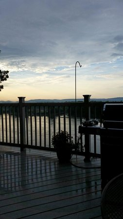 Hermann Hill Vineyard Inn & Spa and River Bluff Cottages: Dusk view from our cottage deck