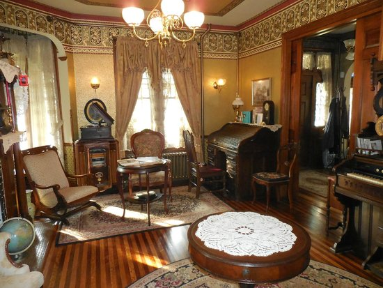 Lady Linden Bed and Breakfast: The Parlor