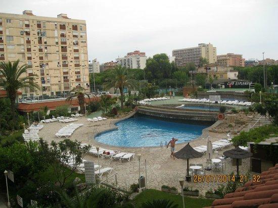 Hotel Esplendid: внутренний дворик отеля с бассейном