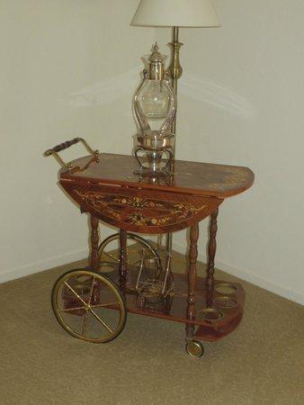 Point Reyes Vineyard Inn: Cart and lamp in living room