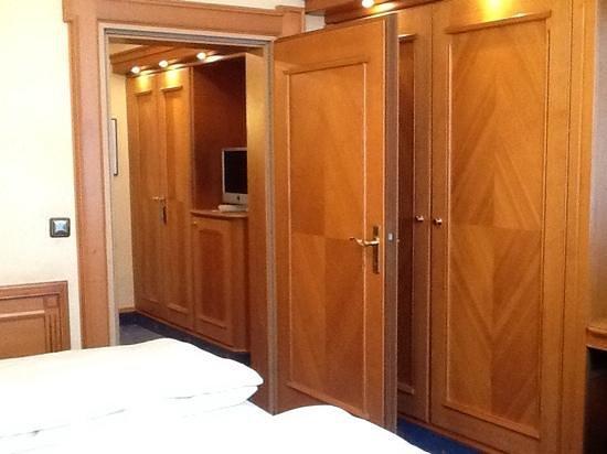 Hotel Torbräu: Adjoining sitting room, 2 closets