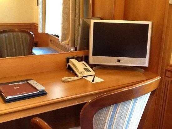 Hotel Torbraeu: Desk in bedroom, suite 201