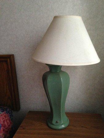 Sands Resort : Broken, non-working bedside lamp