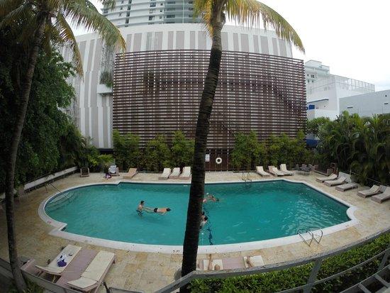 Dorchester Hotel : vue sur la piscine depuis la chambre