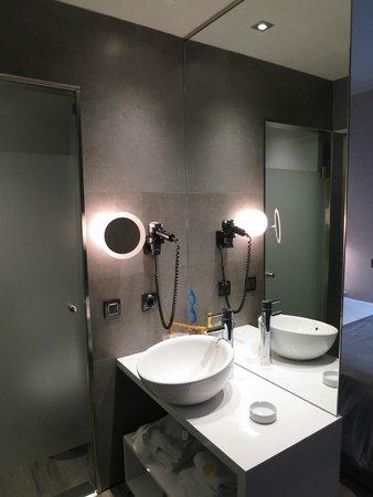 Hotel Vueling BCN by Hc: Ванная
