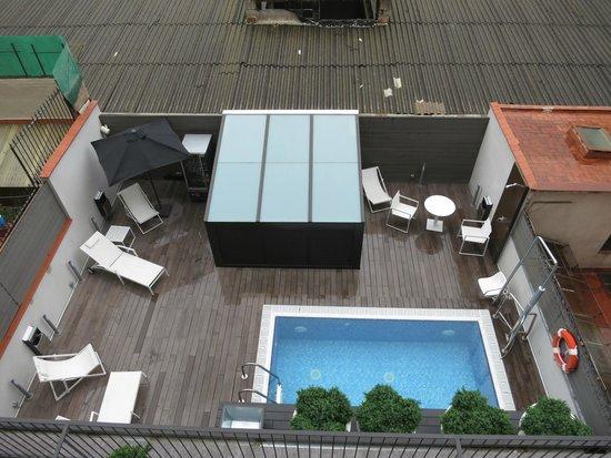 Hotel Vueling BCN by Hc: Бассейн. Вид сверху