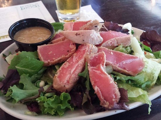 The Stray Dog Bar & Grill: Ahi tuna salad