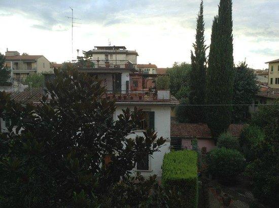 Hotel Grifone Firenze : Вид из номера на дорогу перед отелем