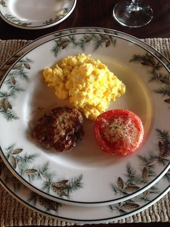 Pine Grove Bed & Breakfast: Specially made scrambled eggs, sausage and roast tomato. Delicious!