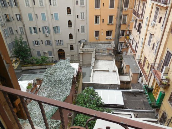 B&B Armonia All'Opera : View of the interior courtyard from our room