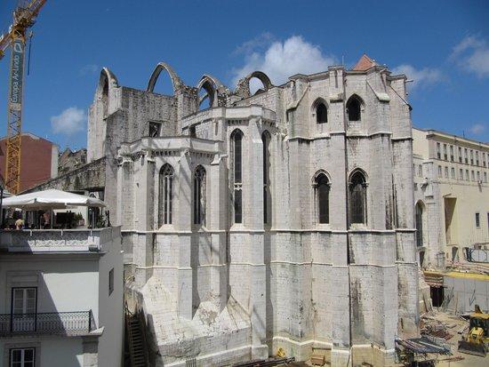 Carmo Archaeological Museum: Основание собора - значительно ниже уровня улицы