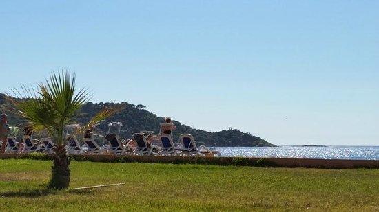 Club Marmara Grand Bleu : Vue de la chambre - plage et transats alignés