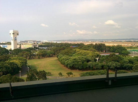 Hotel Novotel Taipei Taoyuan International Airport: Слева музей авиации, за ним аэропорт, а справа дорога в аэропрт.