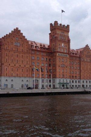 Elite Hotel Marina Tower: widok hotelu z pokładu statku płynącego po zatoce