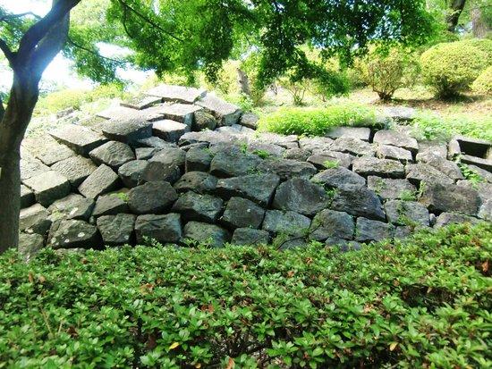 Odawara Castle: 崩れた石垣がそのまま残されている