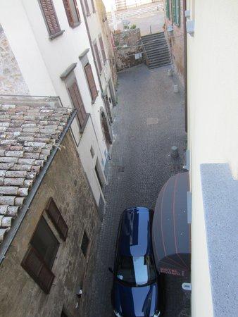 Hotel Duomo: Narrow street outside, low noise