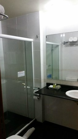 Quality Suites Vila Velha: Banheiro