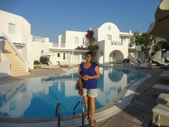 Hotel Santorini: piscina com borda infinita e um belo bar/restaurante