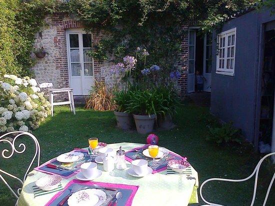 Aux Rives de Honfleur : giardino della colazione con davanti la camera!