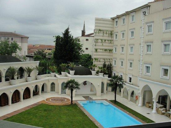 Holiday Inn Istanbul City : Внутренний дворик