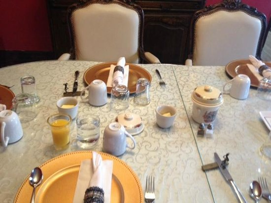 LaSalle Fort Wayne Downtown Inn : Breakfast table