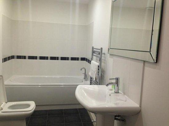Harrogate Boutique Apartments: Bathroom