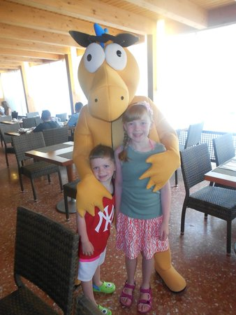 Hotel Golden Port Salou: my kids with Goldy who visits everyday