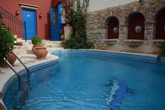 Delfini Hotel : L'entrée de l'hôtel et sa piscine