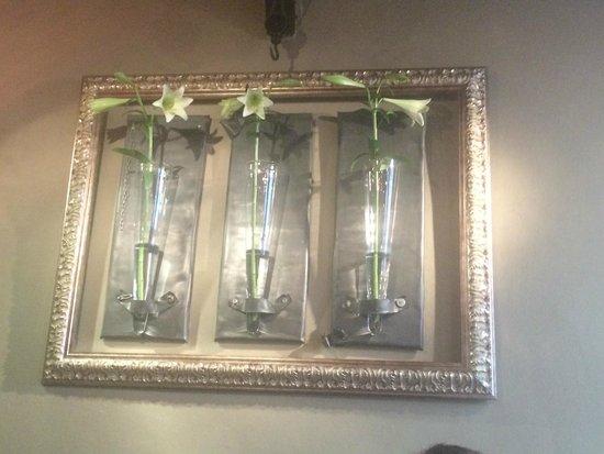 Restaurant Valentijn: Fresh flowers framed on the wall