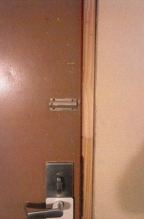 Ramada West Atlantic City : no chain lock on door