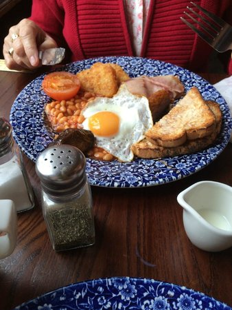 DoubleTree by Hilton Hotel London -Tower of London : Wetherspoon restaurant 2min walk from hotel breakfast