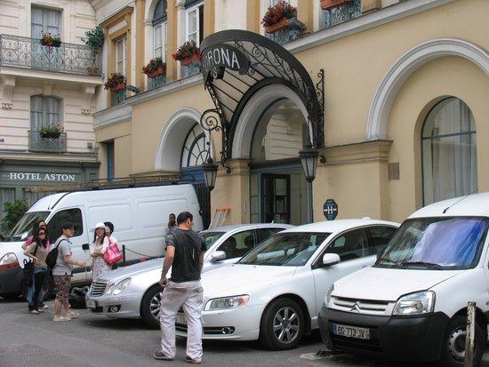 Hotel Corona Opera: Entré, parking